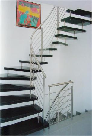 freitragende treppe granit br stungsh he fenster k che. Black Bedroom Furniture Sets. Home Design Ideas